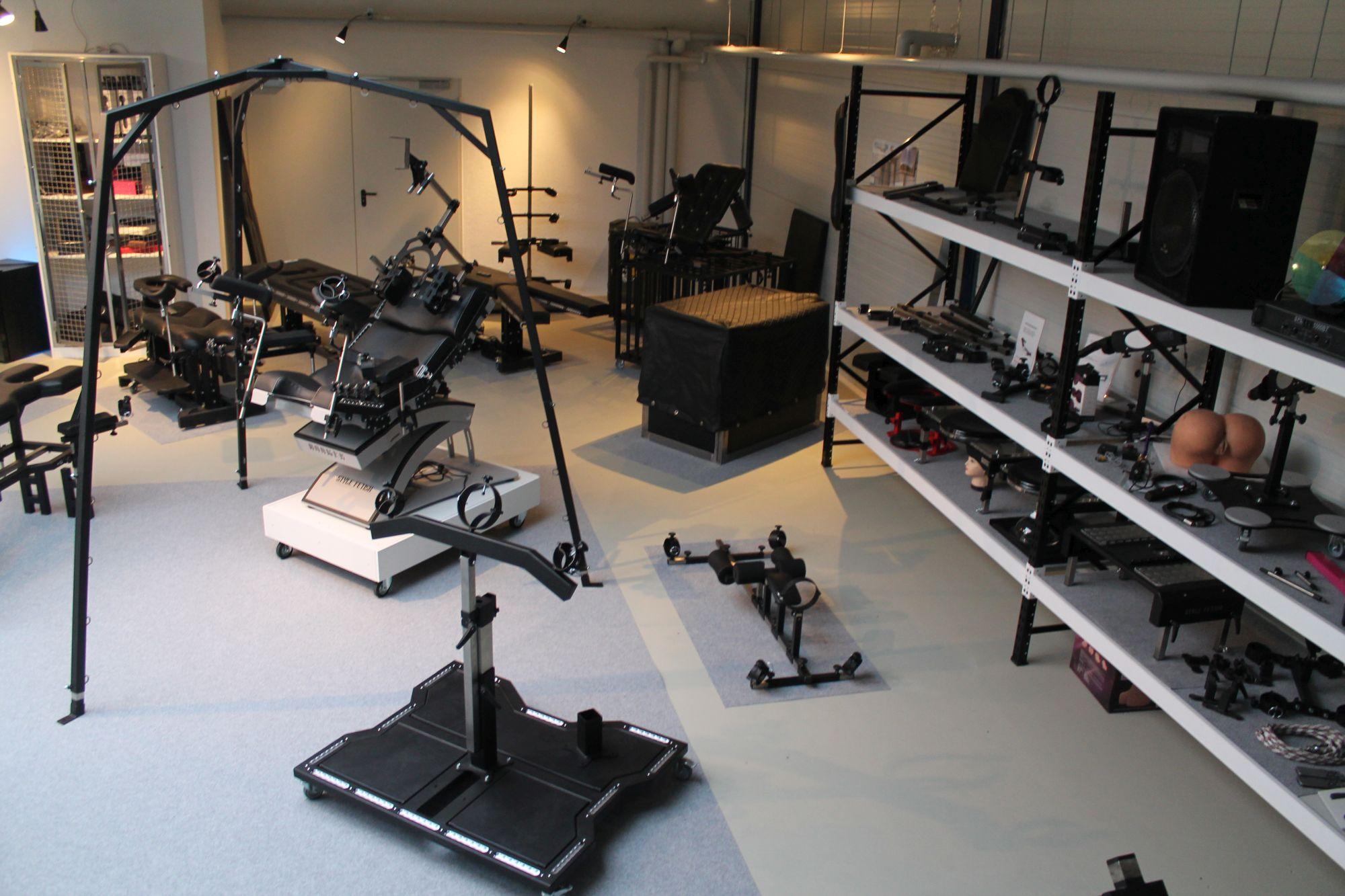 StyleFetish Möbel Ausstellung mit Strafbock und Fickmaschine